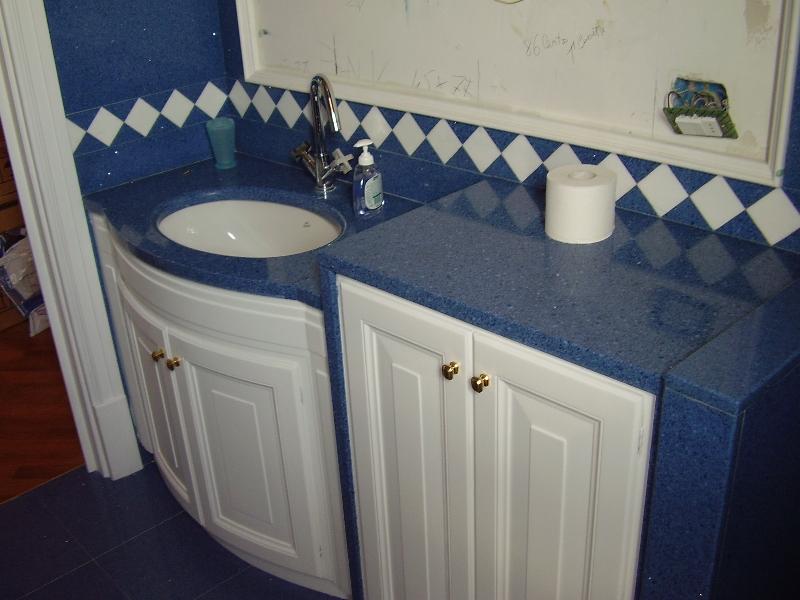 Rivestimenti e piani in marmo per il bagno artigianmarmi - Bagno arancione e bianco ...